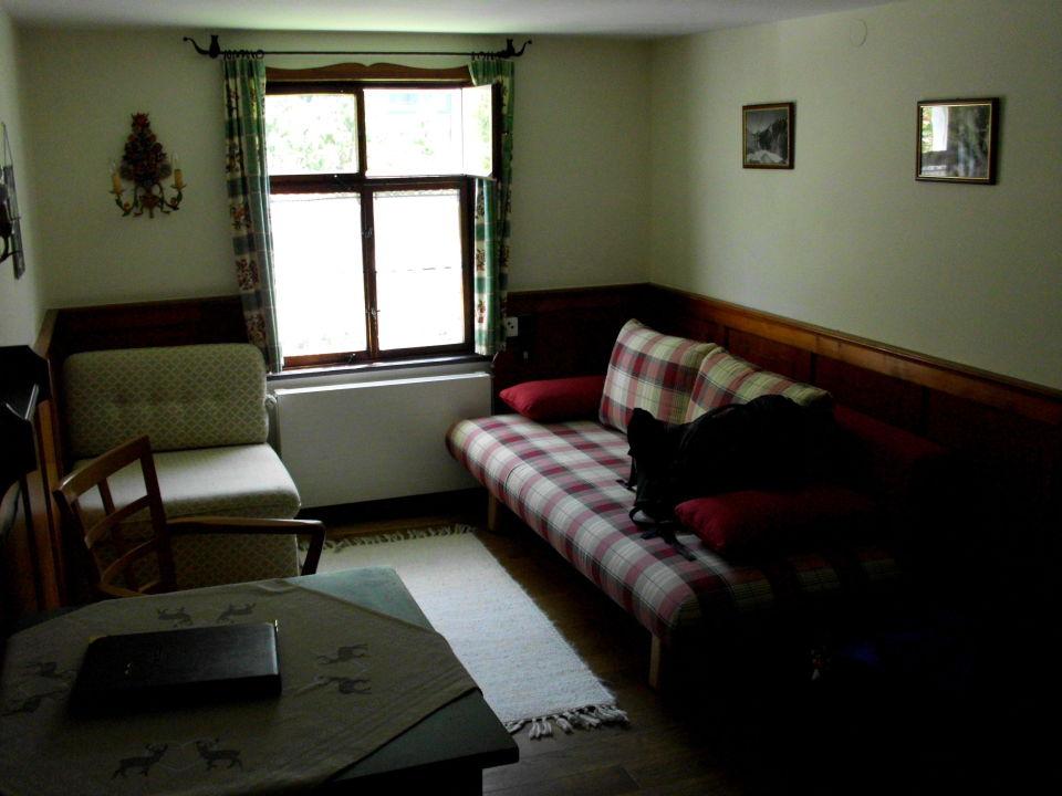 2. Raum mit Schlafcouch, Sessel und Tisch\