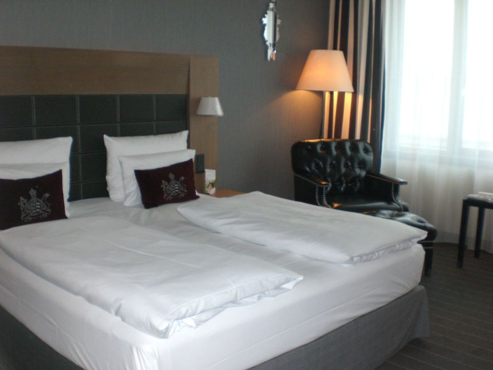 bild gro es bett zu m venpick hotel stuttgart airport. Black Bedroom Furniture Sets. Home Design Ideas