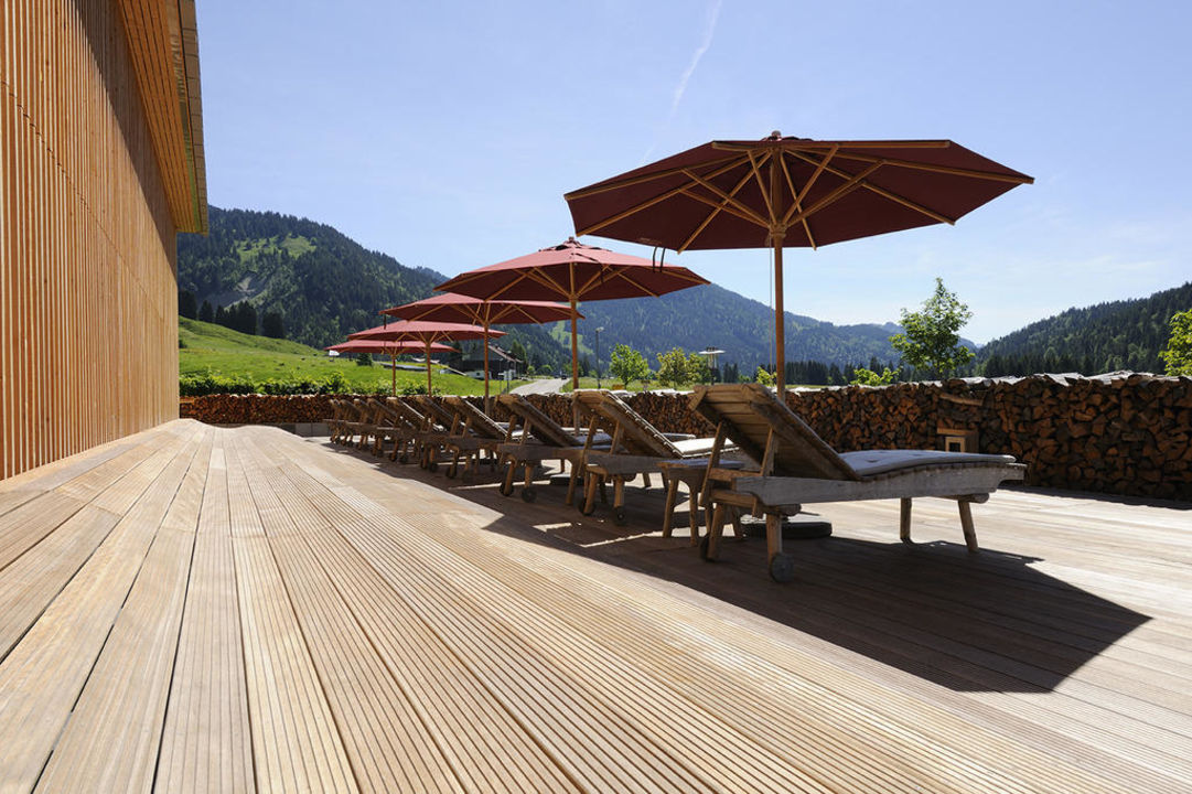 Sonnenterrasse vor dem Alpin Spa Hubertus Alpin Lodge & Spa