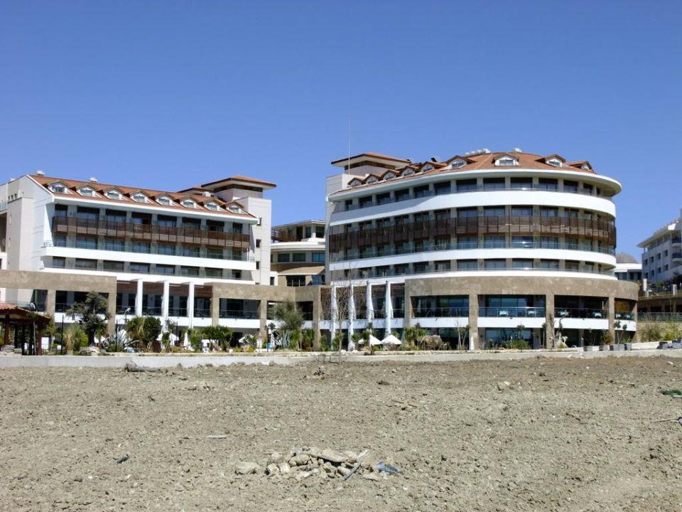 Blick vom Strand zum Hotel Alba Royal Hotel