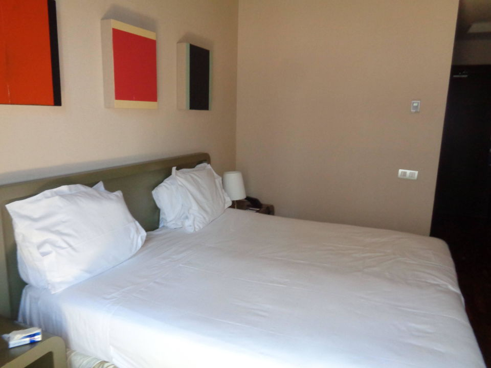 bild gutes gro es bett zu hotel h10 casanova in barcelona. Black Bedroom Furniture Sets. Home Design Ideas