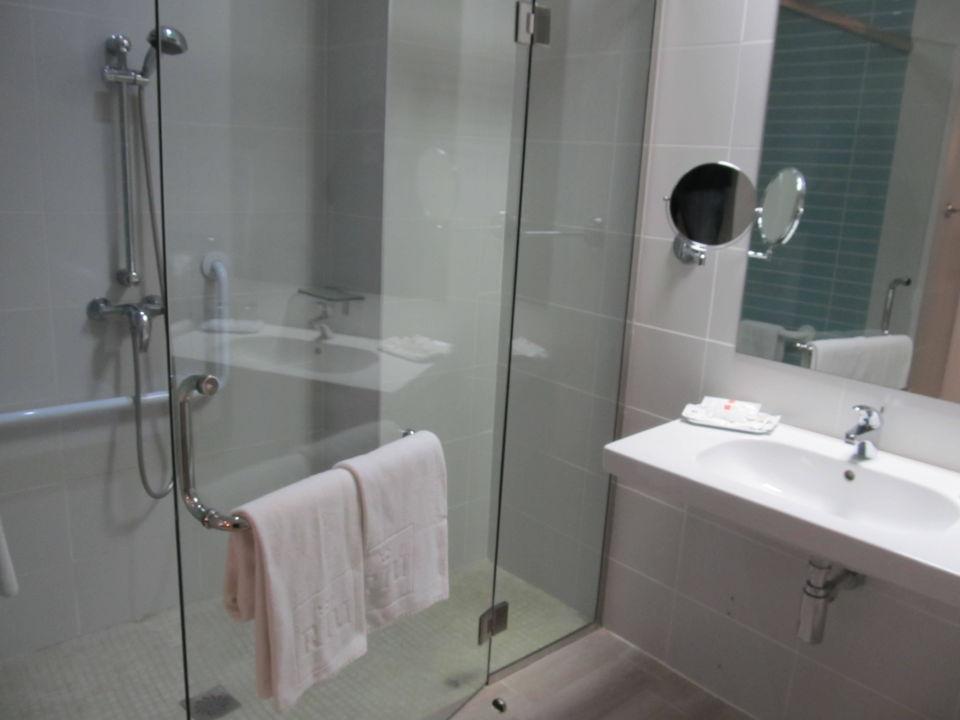 Bild bad behindertengerechtes zimmer zu hotel riu san for Zimmer 75 00 37