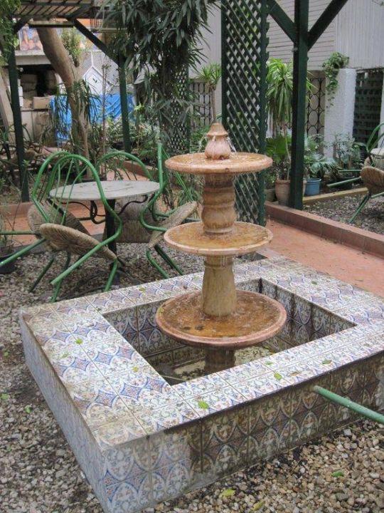 Idyllischer Brunnen im Garten Hotel Victoria
