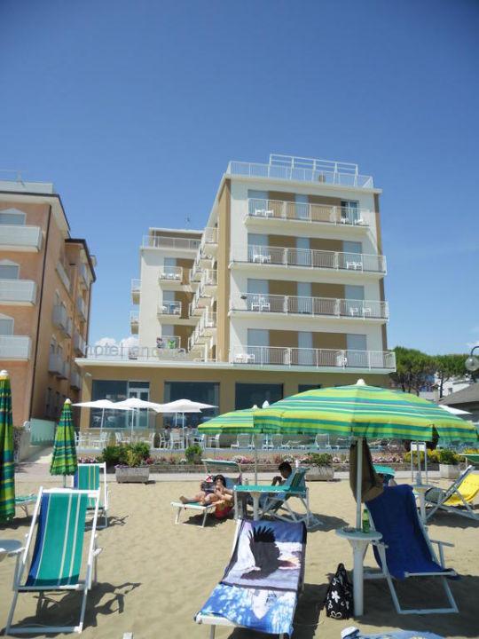 Blick vom Strand aufs Hotel Hotel Ancora