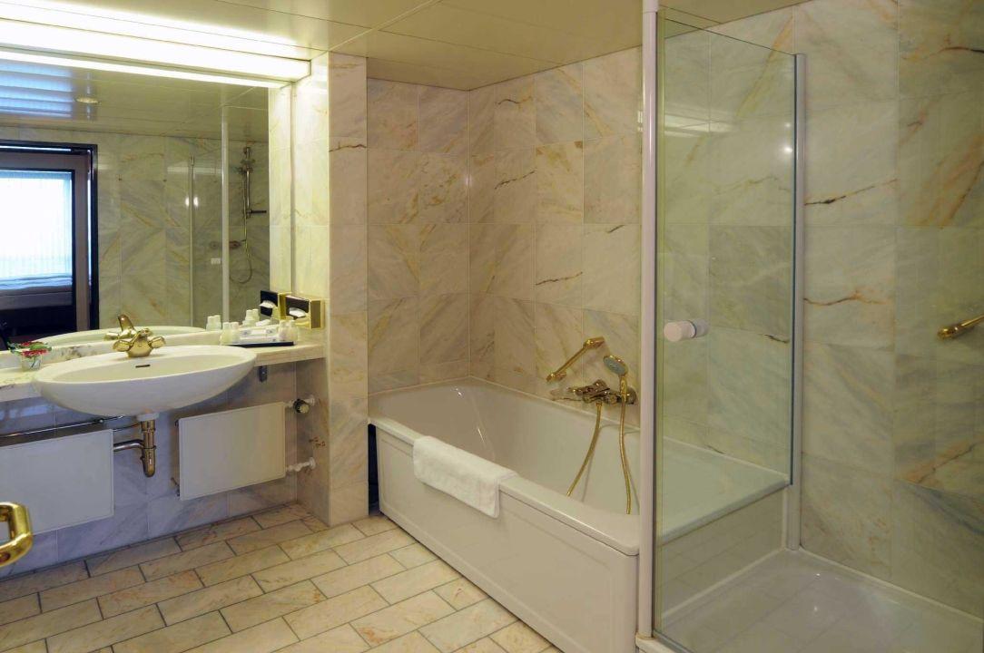 bild badezimmer superior zu maritim hotel bremen in bremen. Black Bedroom Furniture Sets. Home Design Ideas