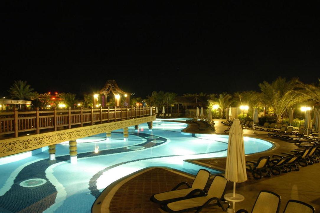Pool bei Nacht Hotel Royal Dragon