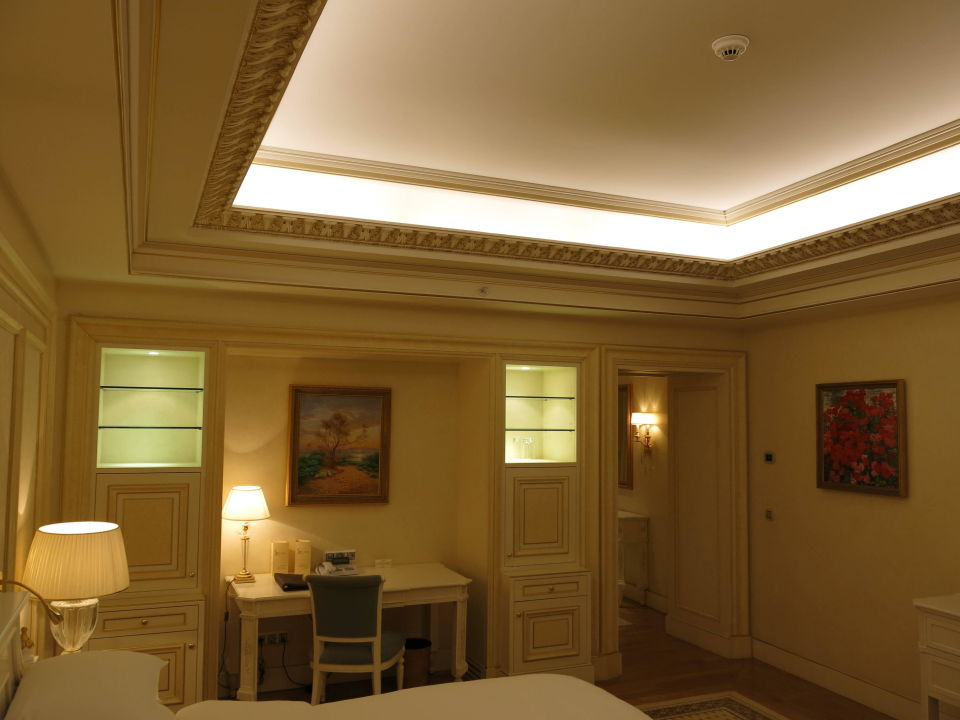 Indirekte Beleuchtung an der Decke\