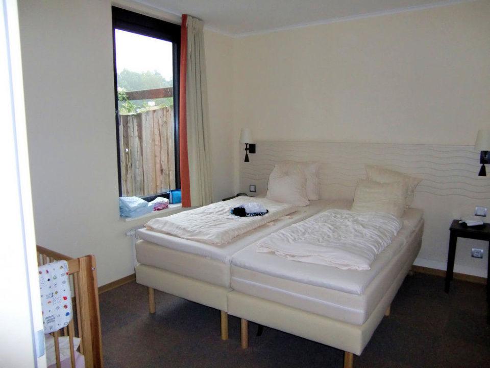Schlafzimmer mit Babybett und Bad\