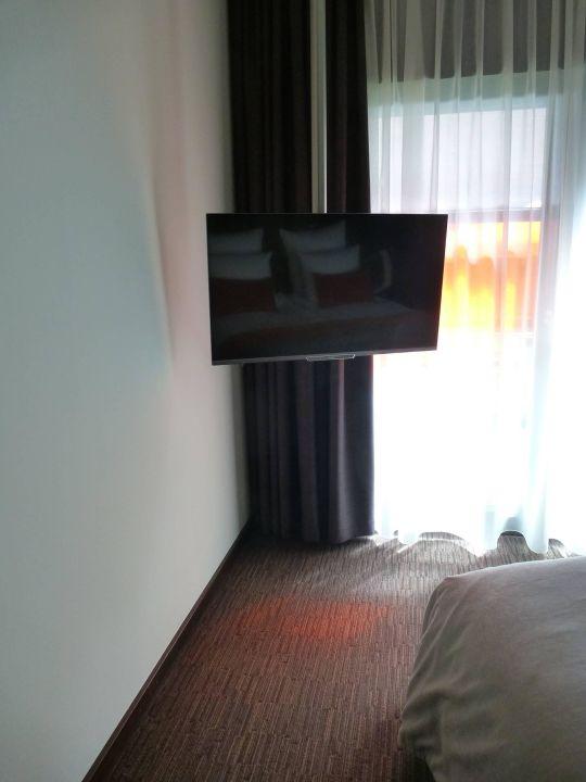 TV hängt von der Decke\