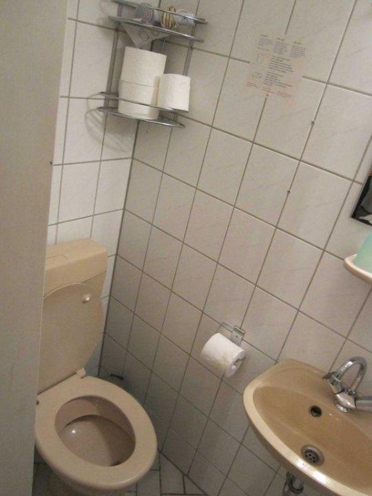 Kleines und dreckiges Badezimmer\
