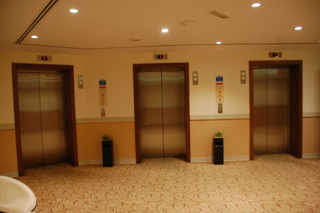 Лифты Hotel Holiday Inn Express Dubai Internet City