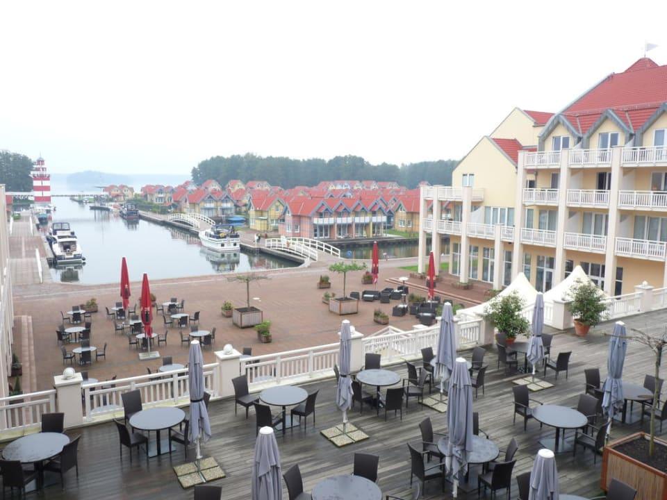 Blick auf Caféterrasse Marinaresort Ferienhäuser Hafendorf Rheinsberg