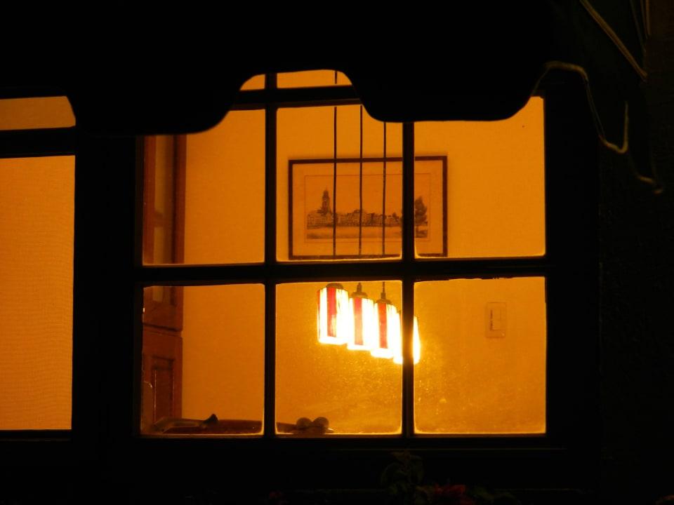 Blick ins Lesezimmer am Abend Bed & Breakfast Sombre Di Kabana