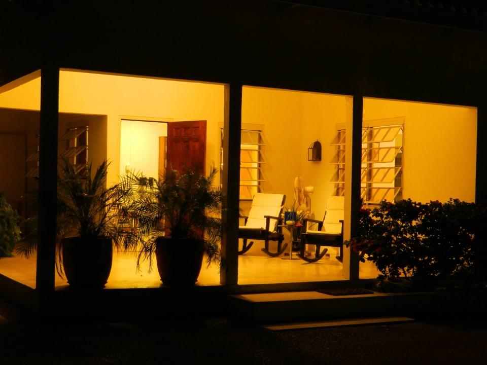 Veranda beim Eingang am Abend Bed & Breakfast Sombre Di Kabana