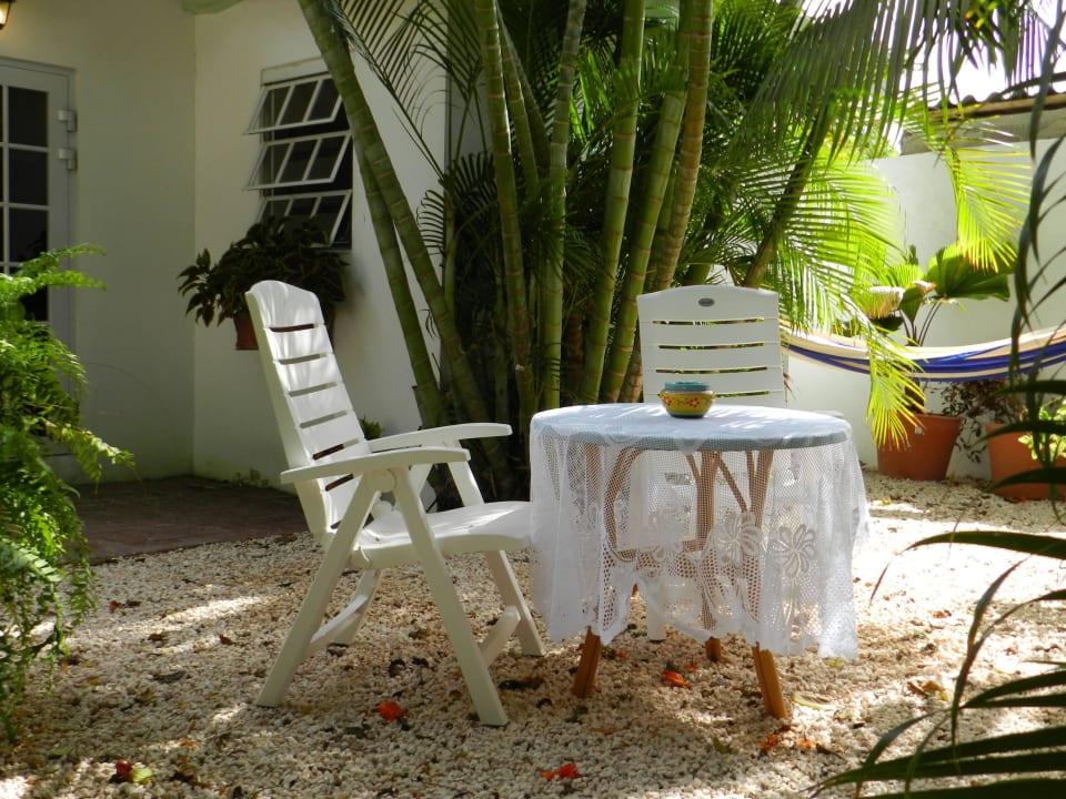 Gartenmöbel und Hängematte Zimmer 2 im Cottage Bed & Breakfast Sombre Di Kabana