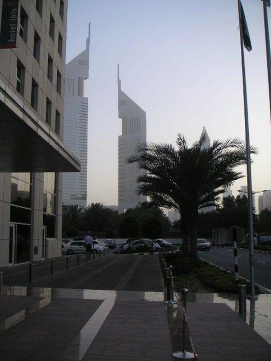 Haupteingang mit Sicht auf Baustelle Ibis World Trade Centre