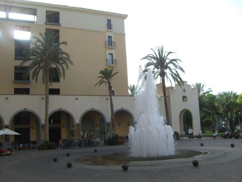 Der Hof am Haupteingang Lopesan Costa Meloneras Resort, Spa & Casino