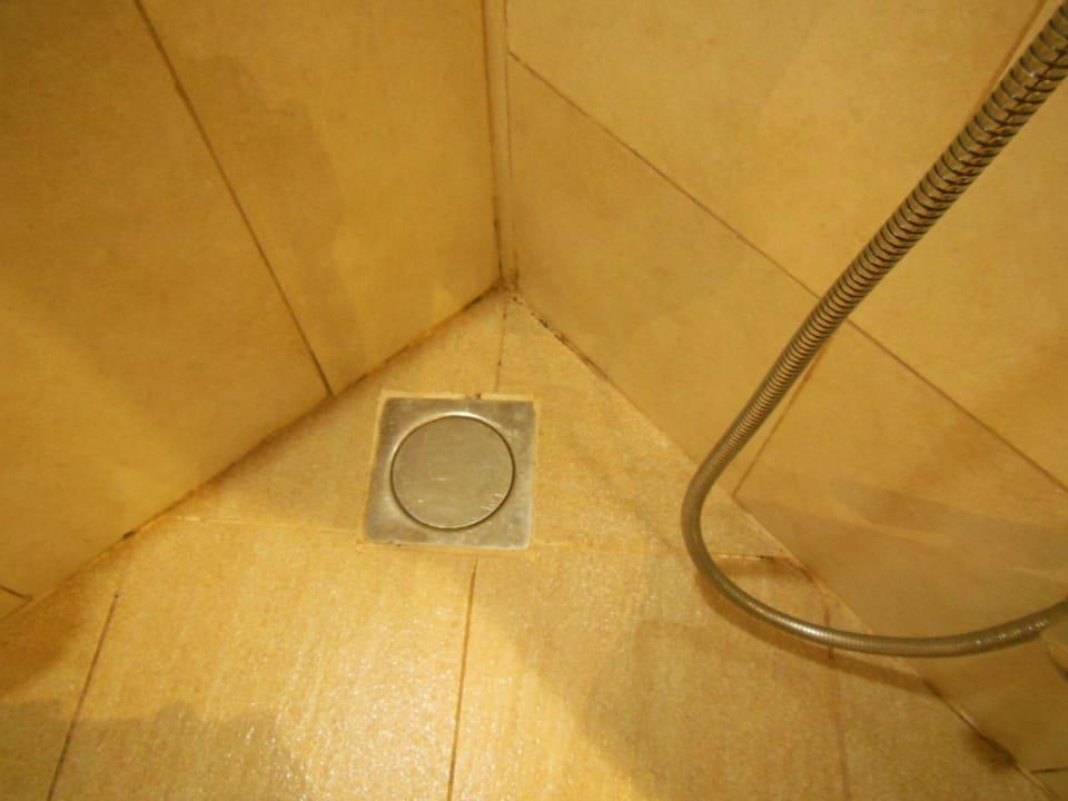 Zwischen Badewanne und Toilette Grandeur Hotel