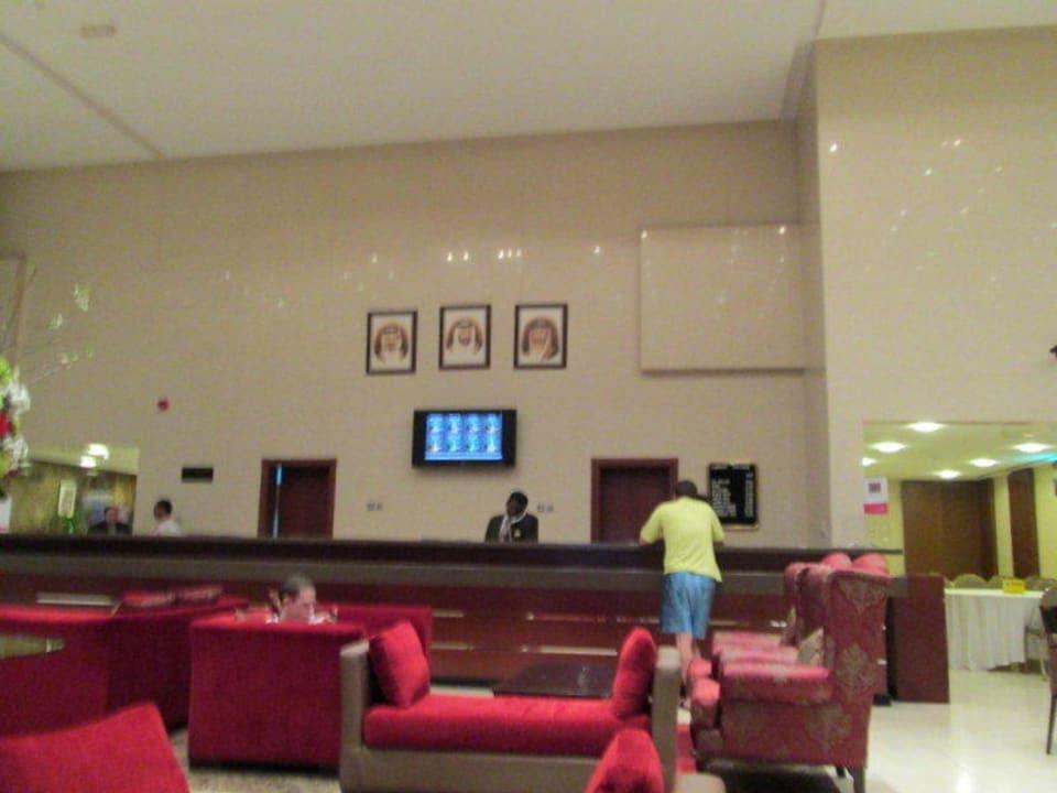Lobby mit Reception Ramada Hotel & Suites by Wyndham Ajman