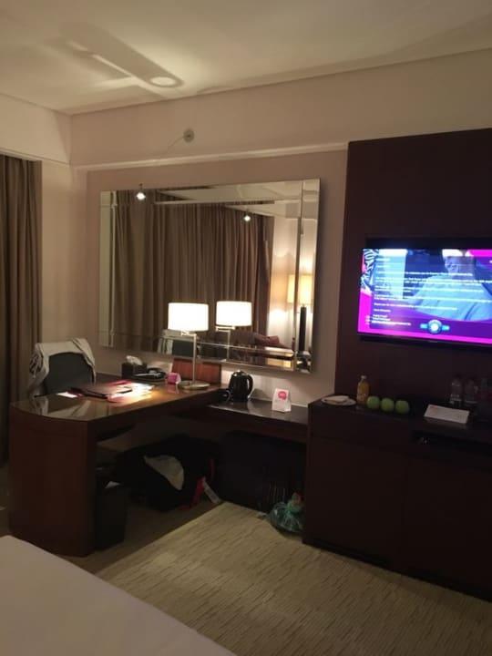 Minibar, Schreibtisch, Safe und Flat-TV...alles immer Top sa Hotel Crowne Plaza Dubai Festival City