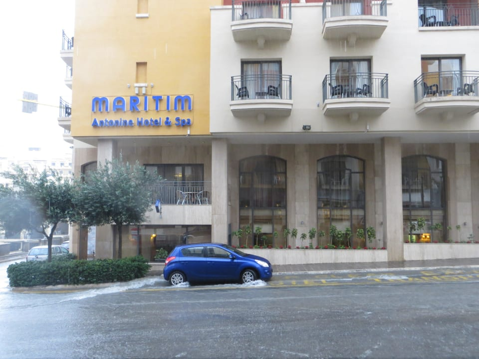 Das Hotel bei starkem Regen Maritim Antonine Hotel & Spa Malta