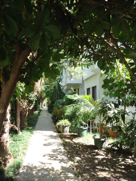 Weg zum 2. Gebäude mit Zimmer Hotel Aida