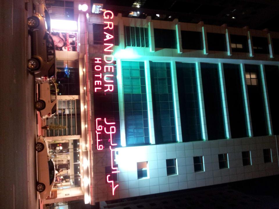Bei Nacht Grandeur Hotel