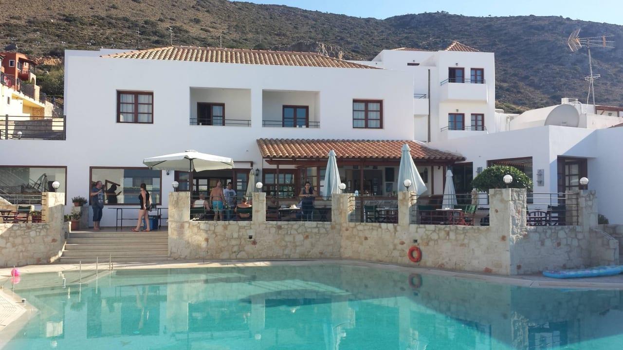 Blick vom Pool auf das Restaurant und die Poolbar Hotel Amazones Village Suites