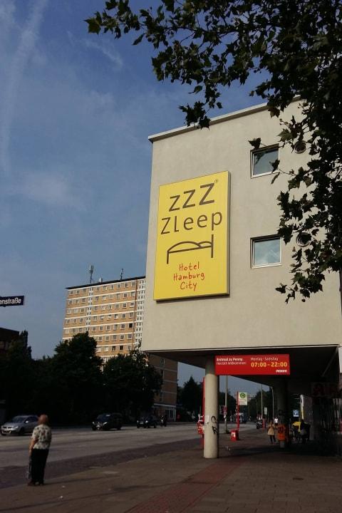 Außenbereich mit Blick zur Königstraße Egon Hotel Hamburg City
