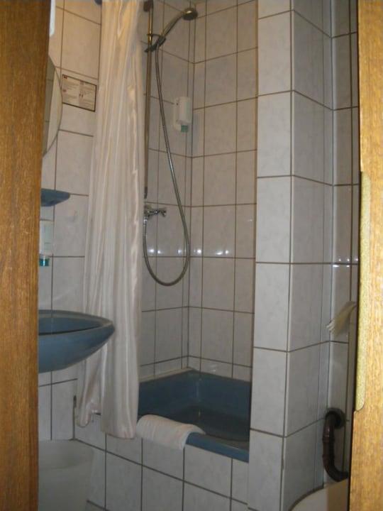 Kleines Bad mit Dusche und WC Hotel Karl Noss