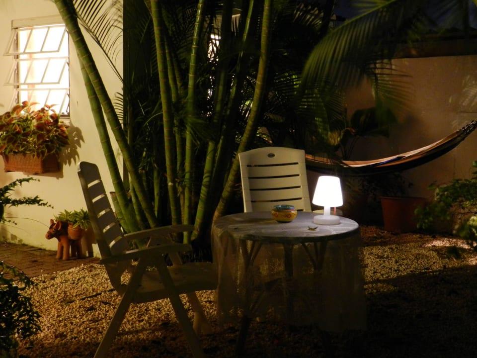 Gartenmöbel Zimmer 2 im Cottage am Abend Bed & Breakfast Sombre Di Kabana