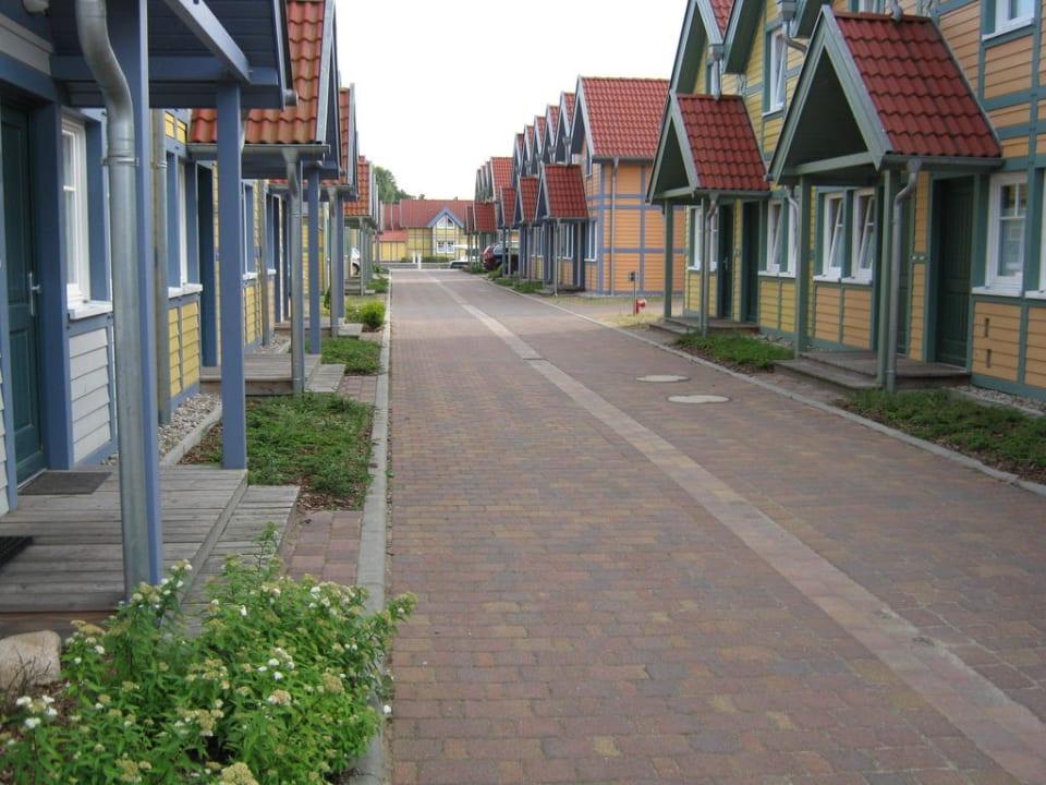 Blick in die kleine Hafengasse Marinaresort Ferienhäuser Hafendorf Rheinsberg