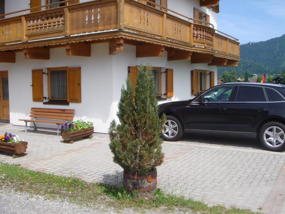 Die ganze Vorderansicht mit Parkplatz Ferienhaus Resi & Obermoser