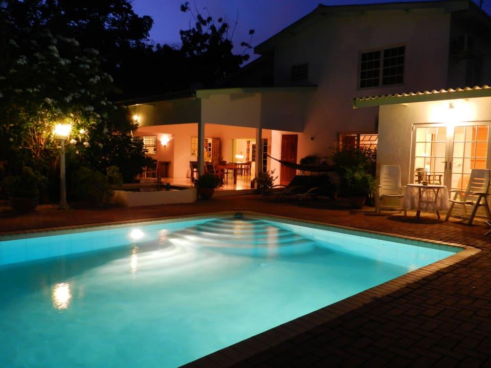 Pool und Wohnhaus am Abend Bed & Breakfast Sombre Di Kabana
