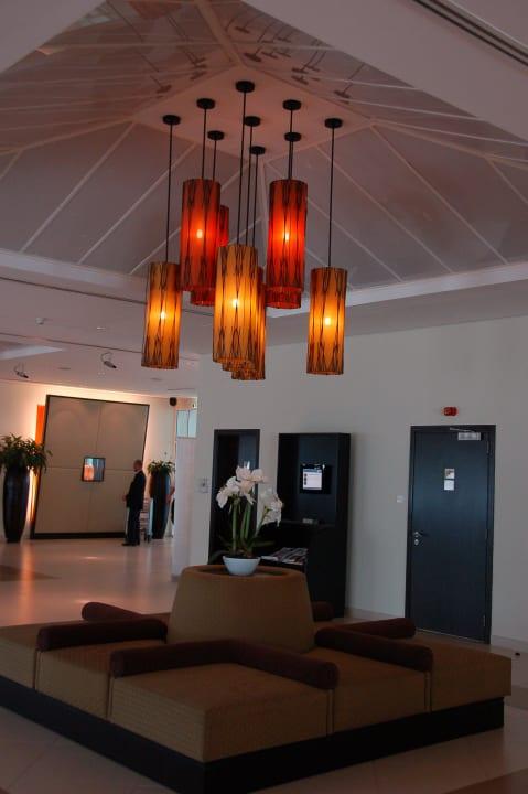 На входе приветственный секьюрити Hotel Holiday Inn Express Dubai Internet City