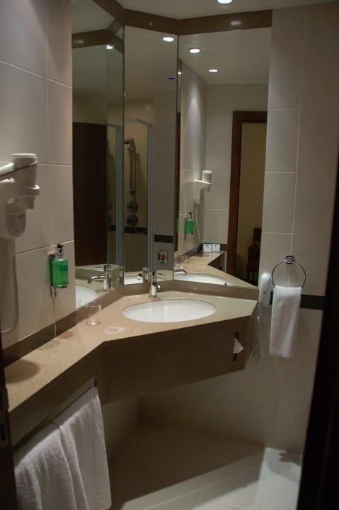 Зеркала до потолков Hotel Holiday Inn Express Dubai Internet City