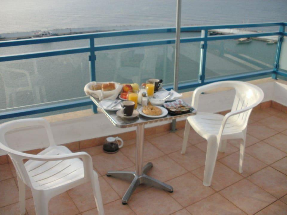 Das Frühstück auf der Terrasse Hotel Minos
