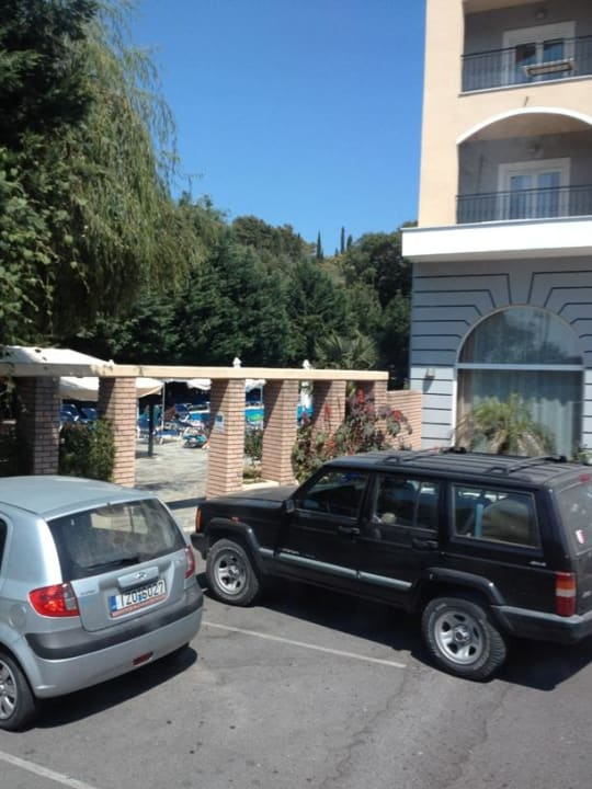 Parking przed hotelem CNic Hellinis Hotel