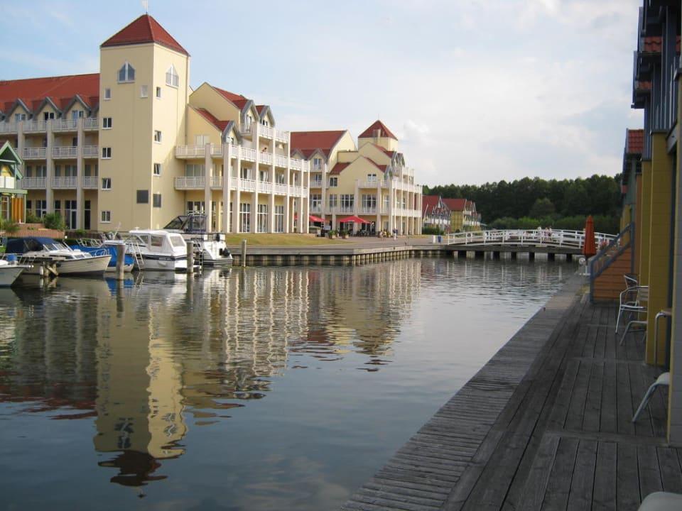 Blick vom Ferienhaus zum Hotel Marinaresort Ferienhäuser Hafendorf Rheinsberg