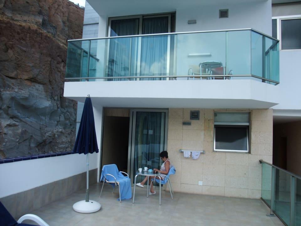 Terrasse mit Landblick-steile Felswand Hotel Morasol Suites