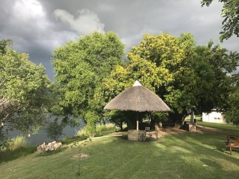 Zu jedem Stellplatz gehört ein Rondavel Hotel Protea Zambezi River
