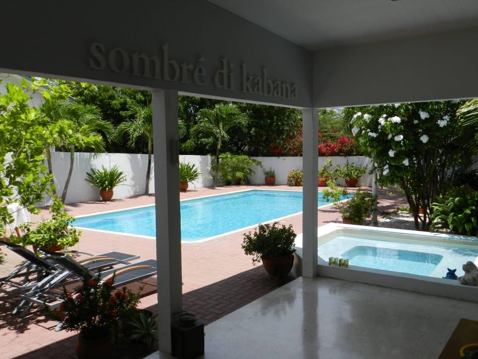 Poolblick vom Veranda Bed & Breakfast Sombre Di Kabana
