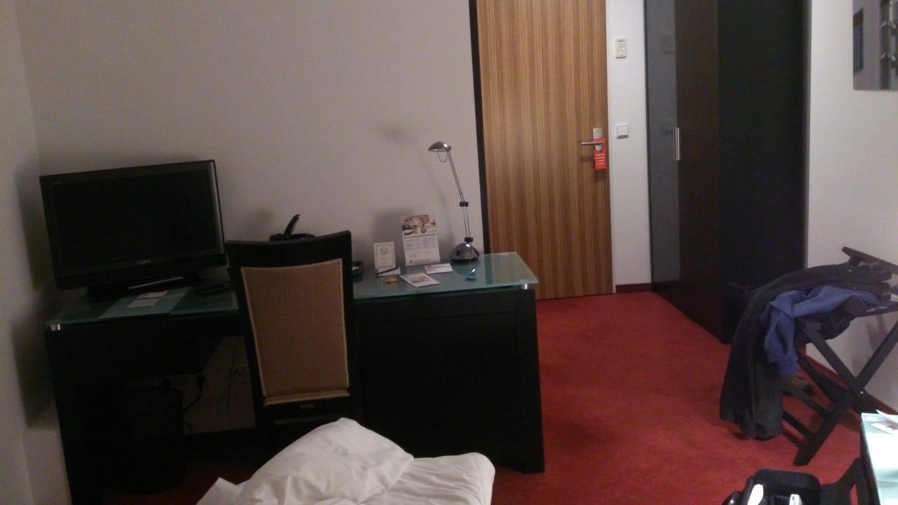 Schreibtisch und Minibar The Corner Hotel