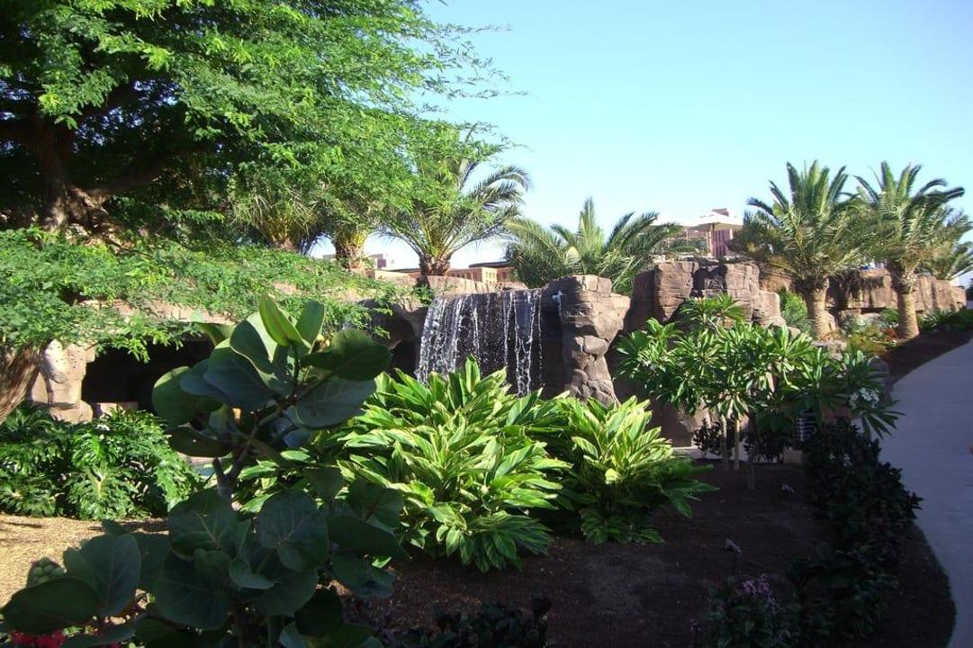 Garten mit Wasserfall Lopesan Baobab Resort