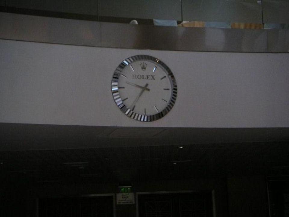 """""""Dezente"""" Uhr am Eingang zur Messe Ibis World Trade Centre"""