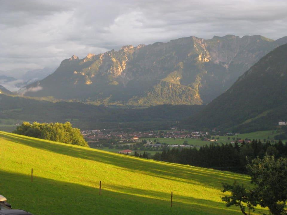 Blick vom Kochhof ins Tal mit Bergpanorama Kochhof