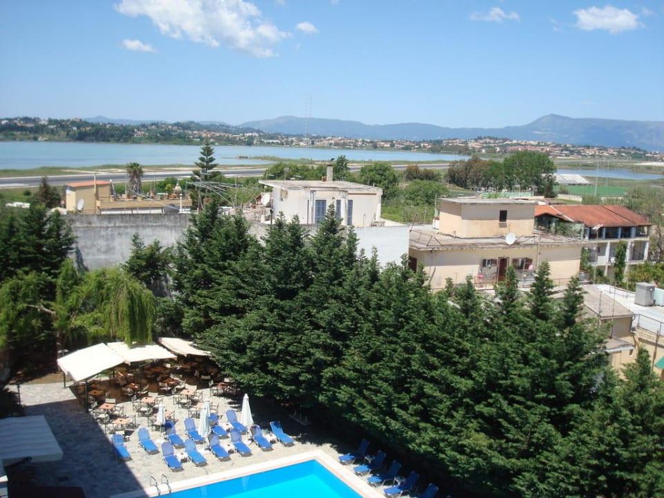 Landebahn Flughafen Korfu in Sicht und Hörweite CNic Hellinis Hotel