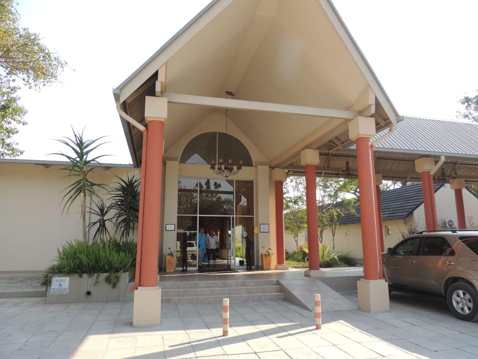 Der Hoteleingang Hotel Protea Zambezi River
