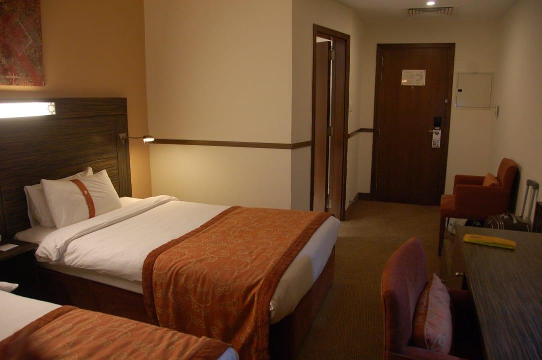 Вход в номер Hotel Holiday Inn Express Dubai Internet City