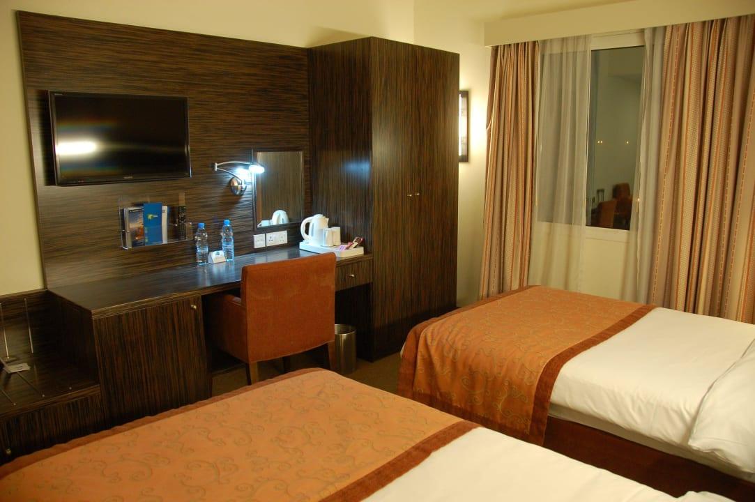 Русских каналов нет Hotel Holiday Inn Express Dubai Internet City